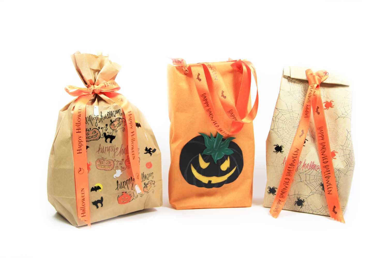 Halloweentüte mit dem bedruckten Geschenkband