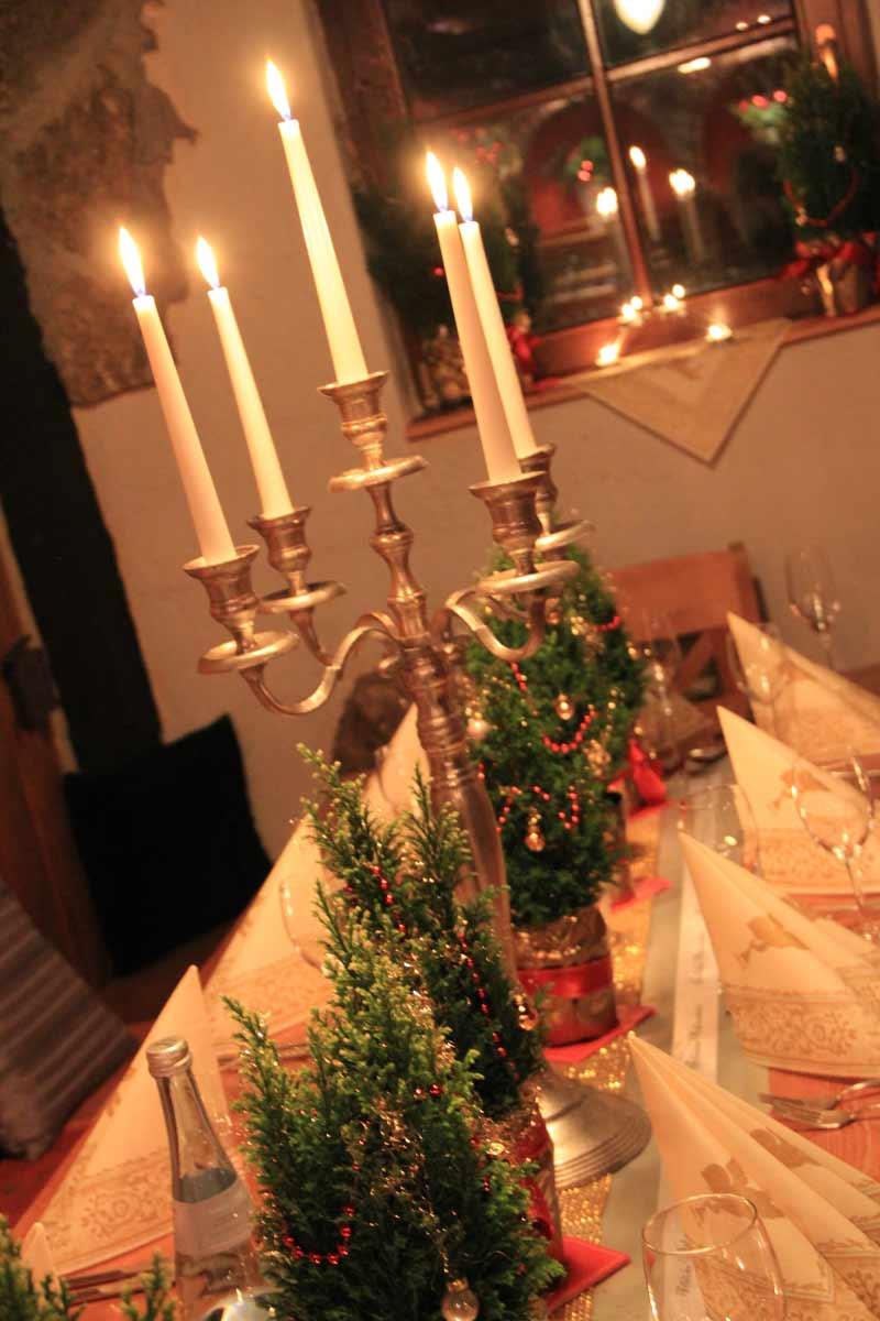 tischdeko f r weihnachten mit bedrucktem schleifenband. Black Bedroom Furniture Sets. Home Design Ideas